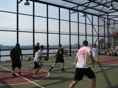 Streetball auf dem Hausdach